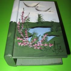 Deosebit suport din lemn in forma de coperta de carte, pictat manual in ulei si semnat