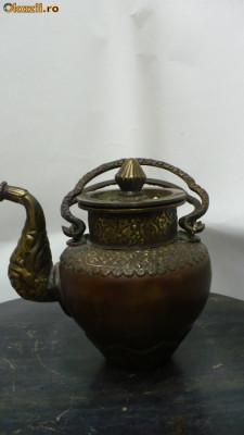 Ceainic vechi din bronz foto