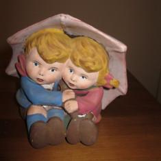 Figurina ceramica de gradina sau pervaze cu flori, fetita si baietel sub umbrela - Ghiveci