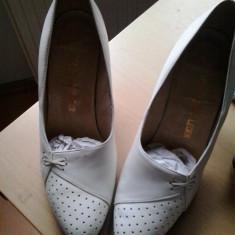 Vand pantofi dama mireasa model deosebit marimea 39, Alb