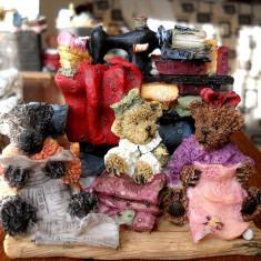 Figurina Detaliu Ursuleti cu Biblioteca si Articole Croitorie - Lucrate manual