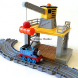 SODOR GANTRY CRANE and TRACK SET Thomas and Friends Take Along - include locomotiva Thomas cu magnet - ( transport gratuit la plata in avans )