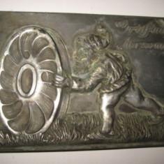 Arta din Metal - Prespapier de birou vechi perioada interbelica din metal turnat in relief: Griffin Merxem