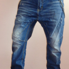 Blugi barbati, Lungi, Cu aplicatii, Bootcut, Lasat - Blugi cu semi tur lasat si bretele incluse pentru barbati 2015