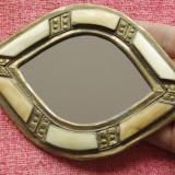 Oglinda de mana sau de perete cu ornamente din alama si os
