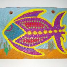 Placheta decorativa din teracota pictata manual reprezentand un peste exotic - Arta Ceramica