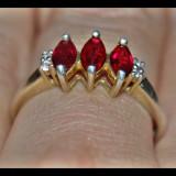 Inel model trilogie, antic, argint 925 cu 3 rubine/rubin rosu intens si anturaj topaze albe! - Inel argint