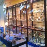 Dulapuri vitrina pentru magazin antichitati - Vitrina cu rafturi din sticla