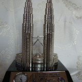 TURNURILE GEMENE PETRONAS DIN KUALA LUMPUR CU CEAS FUNCTIONAL INCORPORAT - Metal/Fonta