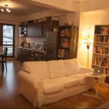 Canapea 3 locuri super confortabila pentru o sufragerie luminoasa