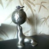 Metal/Fonta, Statuete - BRICHETA si SCRUMIERA intr-o MINGE de FOTBAL sustinuta de o FOCA