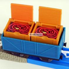 TOMY - Thomas and Friends - TrackMaster - Vagon albastru incarcat cu doua lazi - Trenulet de jucarie Tomy, Plastic, Unisex