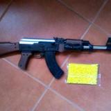 PUSCA MITRALIERA AK47 REPLICA 6MM CALIBRU, TEAVA METALICA, LASER, INCARCATOR, BILE. - Arma Airsoft