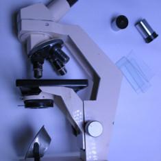 Un microscop IOR functional are 3 obiective si 3 oculare sistem optic diafragma